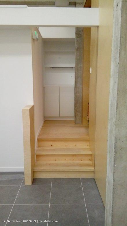 Salle Communale - Vue intérieure, escalier et rangement