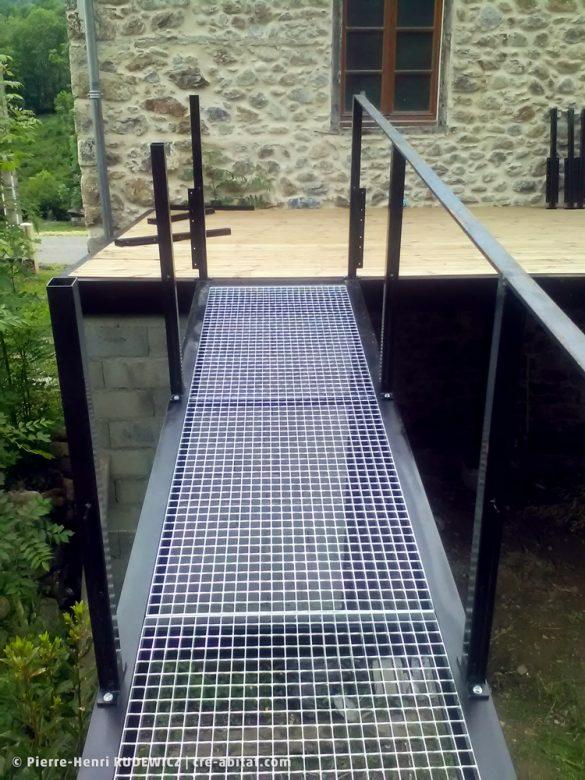 Terrasse en bois structure métal - Passerelle en construction