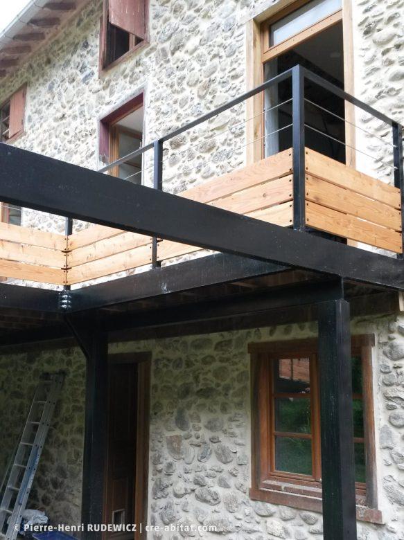 Terrasse en bois structure métal - Plan rapproché sur la strcuture métallique