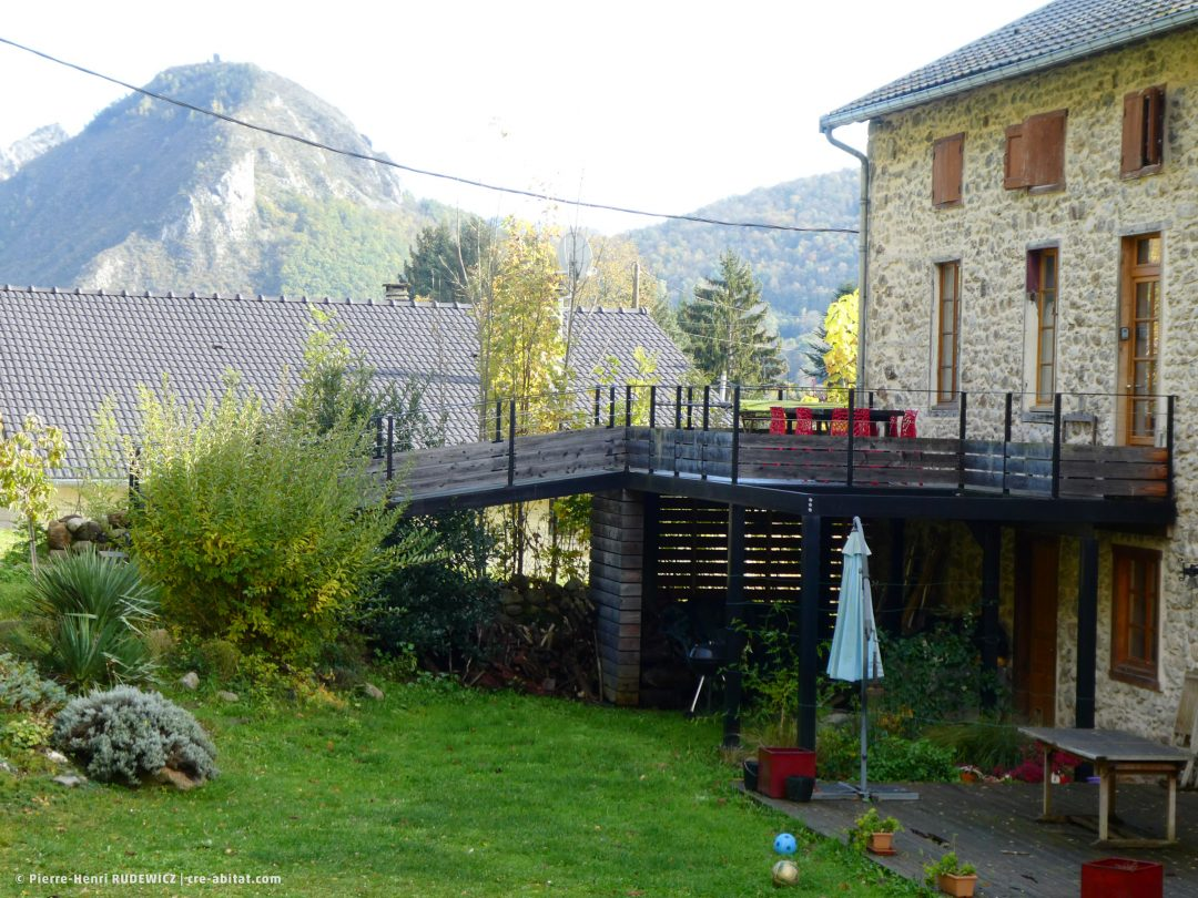 Terrasse en bois structure métal - Vue d'ensemble avec le bois grisé par le temps